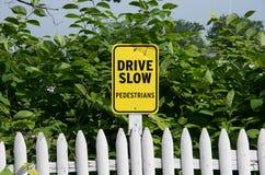Fahren Sie langsames Zeichen Lizenzfreies Stockbild