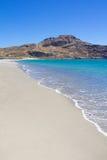Fahren Sie Linie des Strandes mit blauem transparentem Wasser auf Kreta-Insel die Küste entlang Stockbilder