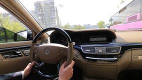 Fahren Sie Luxusauto Mercedes stock footage