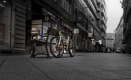 Fahren Sie machen eine Pause auf der Straßenbank rad stockfotos