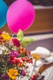 fahren Sie mit Blumen und Ballonen im Korb - Weinleseeffektfilter-Artbild rad Raum für Text auf Ballon Lizenzfreies Stockfoto