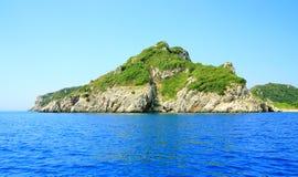 Fahren Sie mit einer Gebirgskette und einer geheimen Bucht auf Korfu-Insel die Küste entlang Lizenzfreies Stockbild