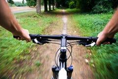 Fahren Sie Mitfahrer im Stadtpark, unscharfe Bewegung rad Stockfotos