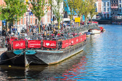 Fahren Sie Parken auf einem alten Ausflugboot in Amsterdam rad Lizenzfreie Stockfotos
