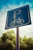 Fahren Sie Parkzeichen auf blauem Himmel und Baum mit Filter rad Lizenzfreie Stockfotos