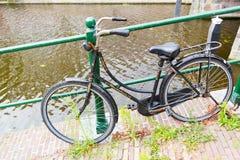Fahren Sie rad, indem Sie des Kanals, Leiden, die Niederlande mit der Eisenbahn befördern Stockbild