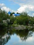 Fahren Sie russischen Fluss Shan in der Kaluga-Region die Küste entlang Lizenzfreie Stockbilder
