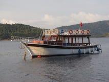 Fahren Sie ` s Boot mit einem Taxi, das in einer türkischen Bucht festgemacht wird lizenzfreie stockfotografie