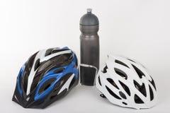 Fahren Sie Sturzhelme, Wasserflasche, Studiofoto, auf Weiß rad Lizenzfreies Stockbild