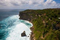Fahren Sie an Uluwatu-Tempel, Bali, Indonesien die Küste entlang Stockfoto
