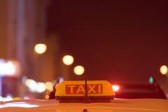 Fahren Sie Zeichen auf dem Dach des Autos auf einem unscharfen Hintergrund mit einem Taxi stockfotografie