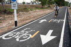 Fahren Sie Zeichen oder Ikone und Bewegung des Radfahrers im Radweg rad Stockbild
