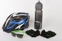 Fahren Sie Zubehör, Fahrradsturzhelm, Fahrradhandschuhe, Brillen und Wasser rad Stockfotos