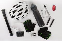 Fahren Sie Zubehör, Fahrradsturzhelm, Fahrradhandschuhe, Brillen und Wasser rad Lizenzfreie Stockfotografie