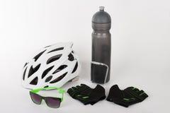 Fahren Sie Zubehör, Fahrradsturzhelm, Fahrradhandschuhe, Brillen und Wasser rad Stockbild