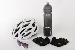 Fahren Sie Zubehör, Fahrradsturzhelm, Fahrradhandschuhe, Brillen und Wasser rad Stockbilder