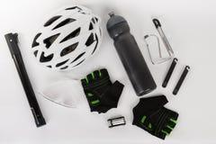 Fahren Sie Zubehör, Fahrradsturzhelm, Fahrradhandschuhe, Brillen und Wasser rad Lizenzfreie Stockfotos