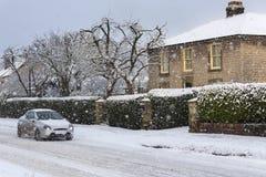 Fahren in starke Schneefälle stockbild