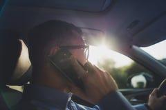 Fahren und Telefon-Unterhaltung lizenzfreie stockbilder
