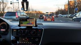 Fahren in Verkehr mit gps-Navigation lizenzfreie stockbilder
