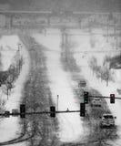 Fahren in Winter-Schnee-Sturm auf Straßen in der Stadt Stockfoto