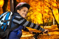 Fahren zur Schule auf ein Fahrrad Lizenzfreies Stockbild
