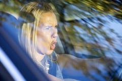 Fahrende und schreiende Frau Lizenzfreies Stockfoto