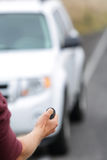 Fahrer, der Auto mit keyless Fernbedienung anstellt stockfotos