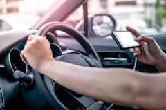 Fahrer, der bewegliche APP für GPS-Navigation verwendet stockfotografie