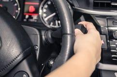 Fahrer, der das Auto ` s Blinklicht behandelt Lizenzfreie Stockfotos