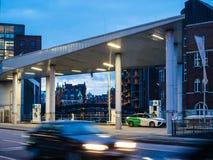 Fahrer, der ein Wasserstoff-betriebenes Auto Toyota Mirai tankt stockfotos