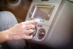 Fahrer, der mit Berührungseingabe Bildschirm im Auto verwendet Stockbilder