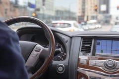 Fahrer-Dirving-luxery Fahrzeug hinunter Stadtstraße lizenzfreie stockbilder