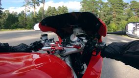 Fahrer hält Lenkstangen beim Reiten eines Motorrads stock footage