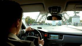 Fahrer im Auto bewegt sich auf den Eiffelturm stock video