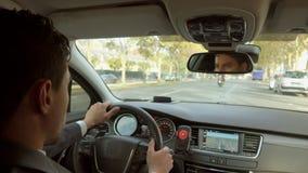 Fahrer im Auto bewegt sich um die Stadt stock footage