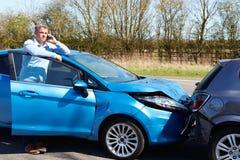 Fahrer Making Phone Call nach Verkehrsunfall Stockfoto