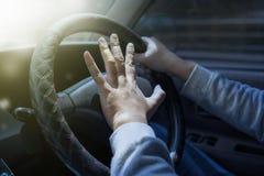 Fahrer Pressing Car Horn lizenzfreie stockbilder