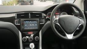 Fahrer ` s Sitz im Auto mit einem weißen Innenraum Stockfotos