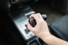 Fahrer schaltet das Automatikgetriebe Stockbild
