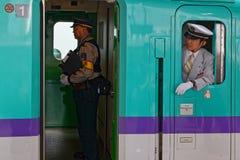 Fahrer und Kontrolleur in einem Shinkansen-Zug lizenzfreies stockfoto