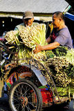 Fahrer und Kunde Pedicab entladen Zitronengras stockfotografie