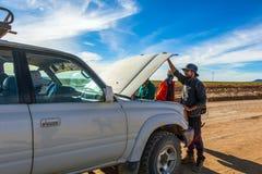 Fahrer und Touristen regeln defektes Auto während 4x4 Jeep Tour auf Bolivianer Altiplano, Bolivien stockbilder