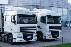 Fahrerhäuser von zwei LKWs auf dem Hintergrund des Einkaufszentrums stockfoto