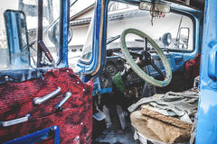 Fahrerhaus des alten LKWs mit der Tür offen Stockbilder