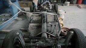 Fahrgestelle des Autos in der Garage stock video