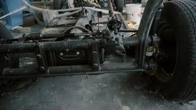 Fahrgestelle des Autos in der Garage stock footage