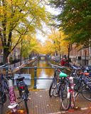Fahrräder über Kanal in Amsterdam Lizenzfreies Stockbild