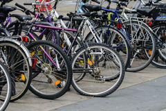 Fahrräder in Alexanderplatz stockbild