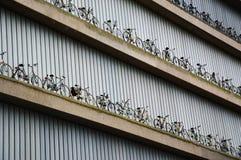 Fahrräder als Dekoration auf Gebäude Stockbilder